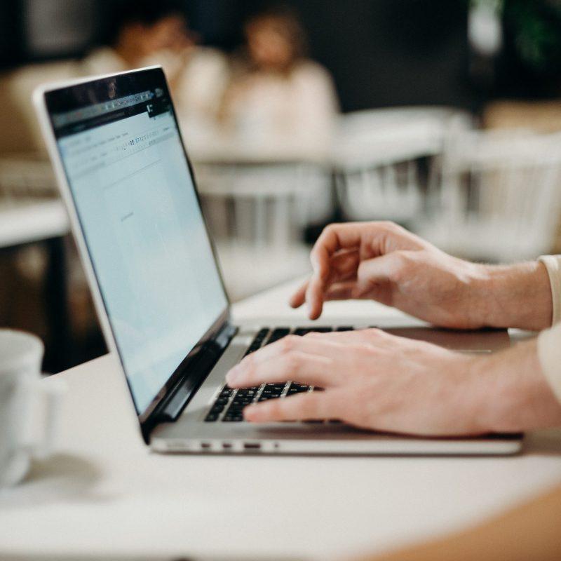 Laptop med händer som skriver